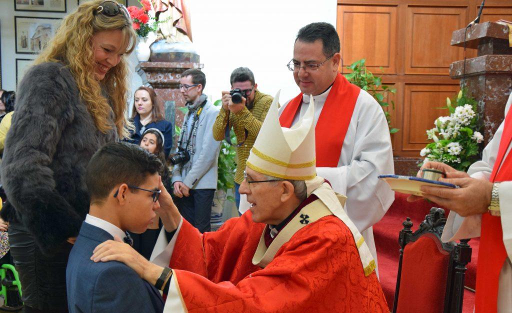 Confirmación de un joven en la Iglesia de San Francisco